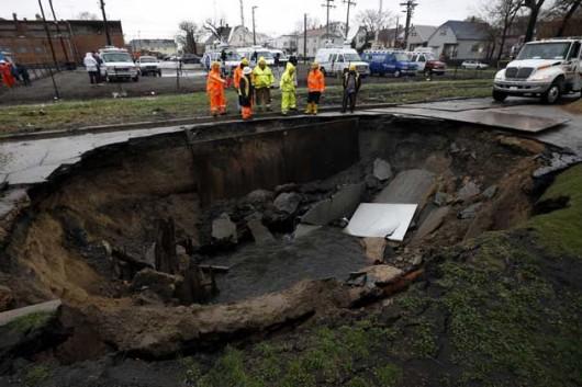 Chicago, USA - Powódź po ulewnych deszczach i wyrwa w ulicy