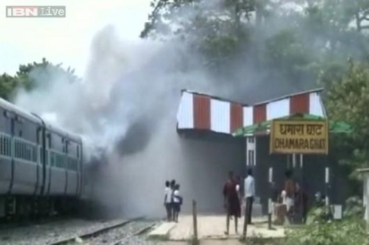 Indie - Tłum ludzi chciał zatrzymać pociąg 2