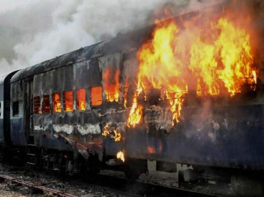 Indie - Tłum ludzi chciał zatrzymać pociąg 3