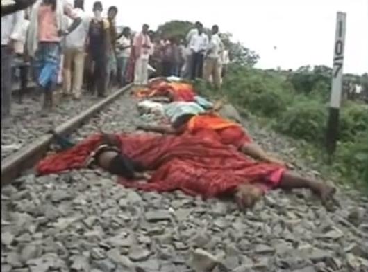 Indie - Tłum ludzi chciał zatrzymać pociąg