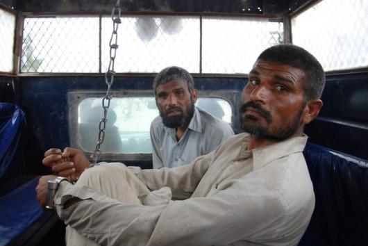 Pakistan - Bracia kaniable w policyjnej fungonetce