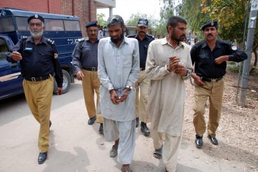 Pakistan - Bracia kanibale eskortowani przez policję