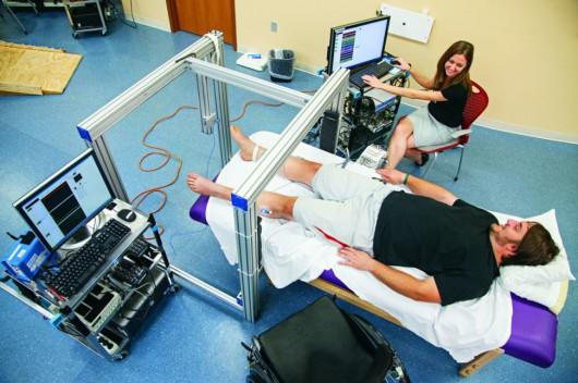 Sparaliżowani pacjenci odzyskali zdolność ruchu. Wszczepiono im elektryczny implant