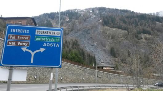 Włochy - W pobliżu Courmayeur osunęło się 20 tysięcy metrów sześciennych skał i ziemi