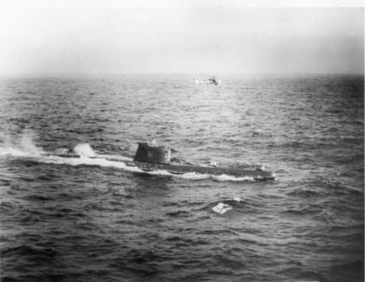B-59 po wynurzeniu. Tuż nad nim amerykański śmigłowiec
