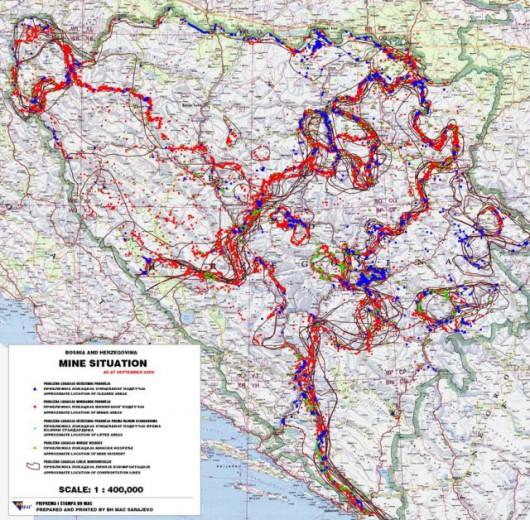 BiH - Czerwone obszary - zlokalizowane pola minowe; niebieskie obszary - pola, na których miny rozbrojono (stan z 2007 r.)