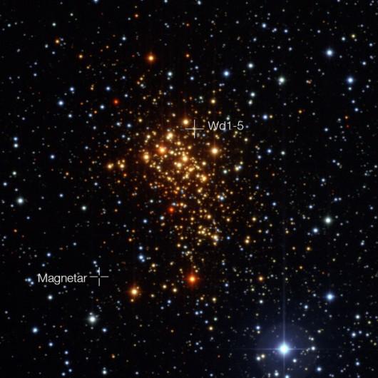 Gromada Westerlund 1 obserwowana przez Wide Field Imager na 2.2-metrowym teleskopie MPG_ESO w La Silla w Chile. Oznaczono magnetar i uciekającą gwiazdę Wd1-5