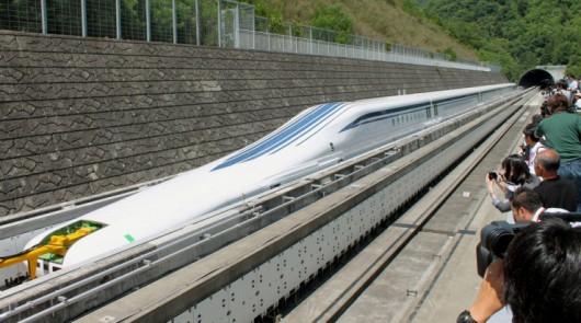 Pociągi Maglev wykorzystują zjawisko lewitacji magnetycznej