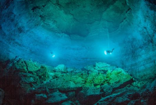 Szeroki widok Hoyo Negro (Czarnej Dziury). Tunel, którym mozna się tam dostać widać po lewej u góry