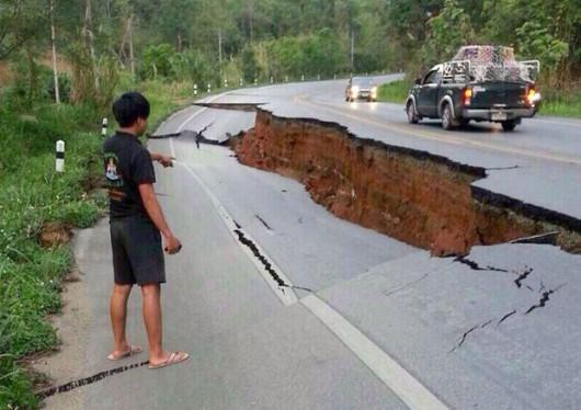 Tajlandia - Zapadnięta droga w rejonie miasta Chiang Raj po dzisiejszym trzęsieniu ziemi. Fot. AP.