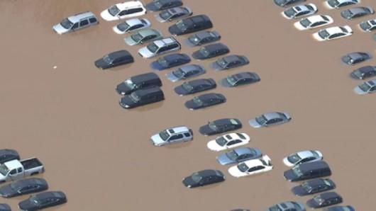 USA - W stanie New Jersey i Nowym Jorku samochody zostały uwięzione pod wodą