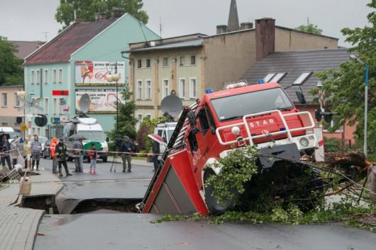 Wóz strażacki wpadł w wyrwę w Głuchołazach 2