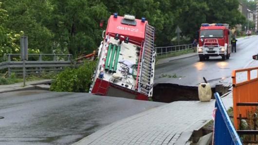Wóz strażacki wpadł w wyrwę w Głuchołazach