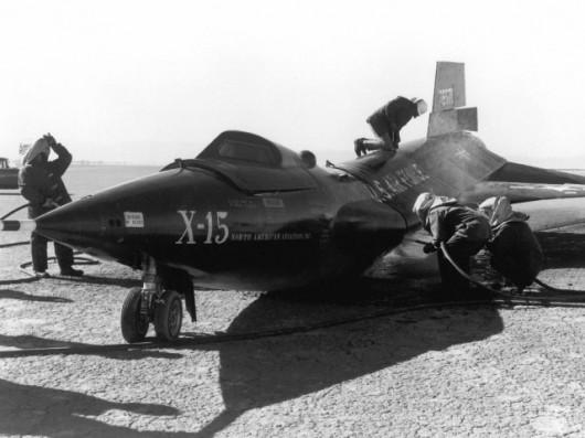 X-15 po swoim pierwszym wypadku z Crossfieldem za sterami. Lądowanie było tak twarde, że przód maszyny uderzył o ziemię z zbyt dużą siłą, w wyniku czego pękł jej kręgosłup. Uszkodzenia szybko naprawiono