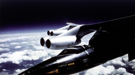 X-15 podwieszony pod statek-matkę B-52 na chwilę przed zrzuceniem i rozpoczęciem swobodnego lotu. Start następował na wysokości kilkunastu kilometrów, znacznie wyżej niż latają samoloty pasażerskie