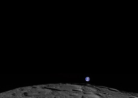 Ziemia wschodzi nad Księżycem