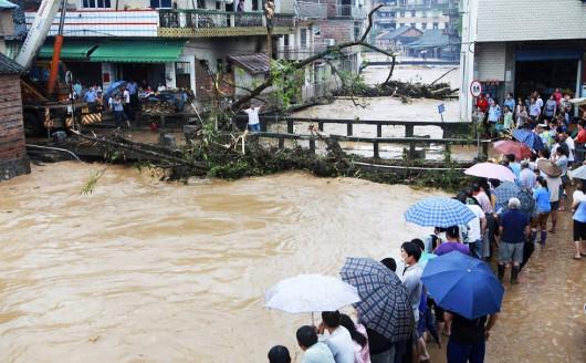 Chiny - Ulewny deszcz i gwałtowna powódź w prowincji Syczuan