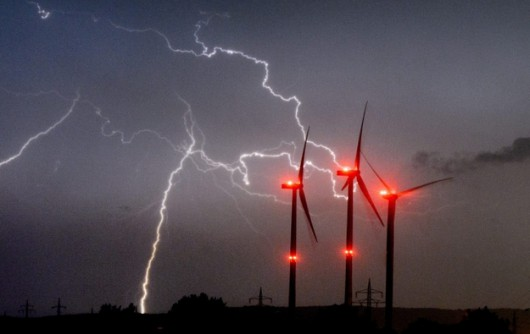 Niemieckie służby meteorologiczne ostrzegają, że w najbliższych dniach znów mogą wystąpić gwałtowne burze /JULIA STRATENSCHULTE /PAP/EPA
