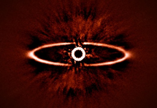 Obłok pyłu wokół gwiazdy HR 4796A widocznej w gwiazdozbiorze Centaura. /ESO/J.-L. Beuzit et al./SPHERE Consortium /