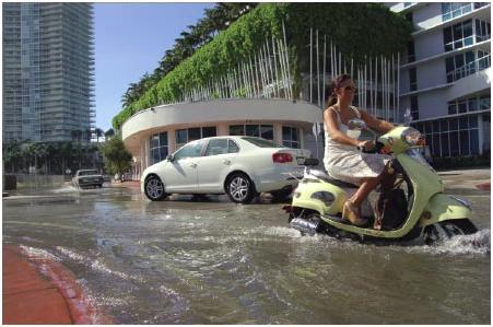 Podczas pływów ocean zaczyna zalewać ulice Miami. Źródło - US National Climate Assessment