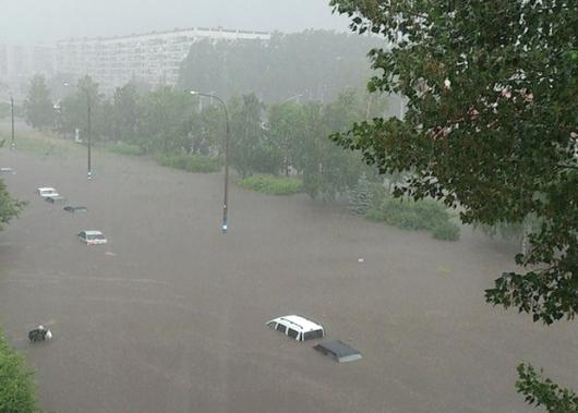 Podtopienia po ulewie w Uljanowsku w Rosji, 12 czerwca 2014. Fot. SevereWeather.ru