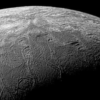 Zbliżenie na Pasy Tygrysa na powierzchni księżyca Enceladus wykonane przez sondę Cassini w dn. 21 listopada 2009 r.