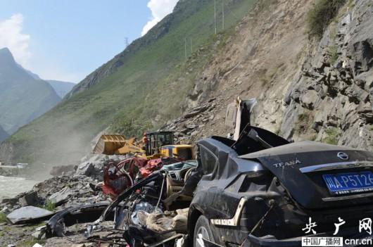 Chiny - Duże osuwisko w prowincji Syczuan zasypało 9 samochodów 2