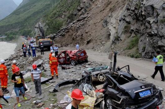 Chiny - Duże osuwisko w prowincji Syczuan zasypało 9 samochodów 3