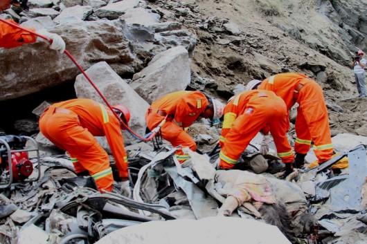 Chiny - Duże osuwisko w prowincji Syczuan zasypało 9 samochodów 4