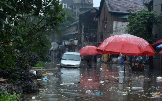 Chiny - Ulewne deszcze i ogromny grad nad Pekinem, zginęło co najmniej 18 osób 1