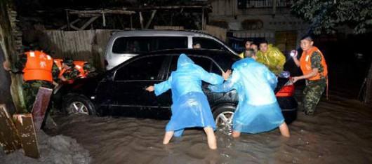 Chiny - Ulewne deszcze i ogromny grad nad Pekinem, zginęło co najmniej 18 osób 2