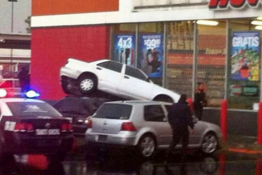 Meksyk - Ulewny deszcz i bardzo silny wiatr w Ixtapaluca, fruwały samochody 1