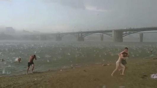 Rosja - Lodowe kule spadły na plażowiczów w Nowosybirsku