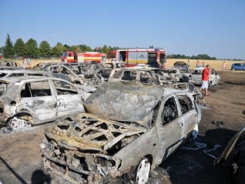 Słowacja - W miejscowości Sladkovicovo spłonęło 40 samochodów na parkingu, winne upały 3