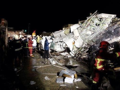 Tajwan - Podczas lądowania rozbił się samolot ATR-72 w mieście Magong, zginęło 51 osób 1