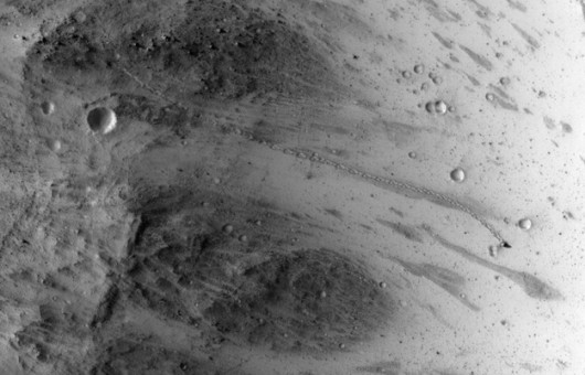 Ślad głazu na powierzchni Marsa /NASA/JPL-Caltech/Univ. of Arizona /