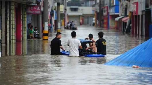 Chiny - Katastrofalne powodzie odcięły ludzi od świata, zniszczone domy, drogi, uprawy 1