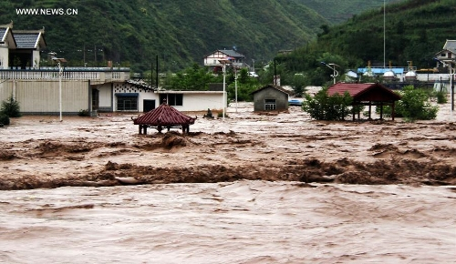 Chiny - Katastrofalne powodzie odcięły ludzi od świata, zniszczone domy, drogi, uprawy 2