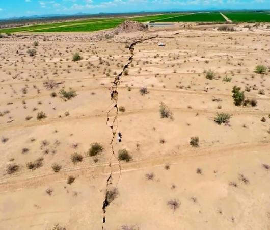 Meksyk - Ogromne pęknięcie ziemi w rejonie Hermosillo, szczelina ma długość kilometra 2