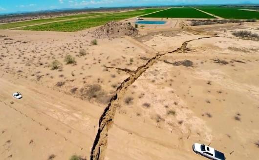 Meksyk - Ogromne pęknięcie ziemi w rejonie Hermosillo, szczelina ma długość kilometra 3