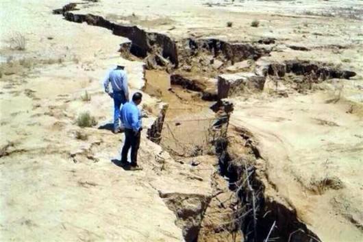 Meksyk - Ogromne pęknięcie ziemi w rejonie Hermosillo, szczelina ma długość kilometra 4