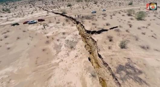 Meksyk - Ogromne pęknięcie ziemi w rejonie Hermosillo, szczelina ma długość kilometra 5