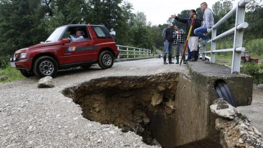 Serbia, Bośnia i Hercegowina - Fala powodziowa na Bałkanach zniszczyła domy, drogi, spowodowała osuwiska ziemi 2