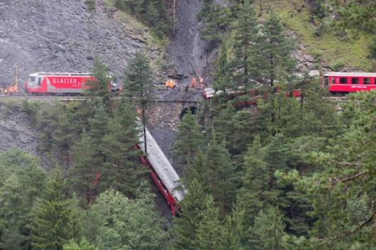 Szwajcaria - W wąwozie wykoleił się pociąg, przyczyną było osuwisko ziemi 4