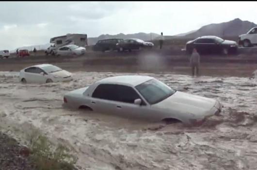 USA - Pustynna droga w stanie Nevada zamieniła się w rzekę