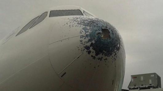 Grad mocno uszkodził samolot pasażerski Airbus A330 na wysokości 7600 metrów 1