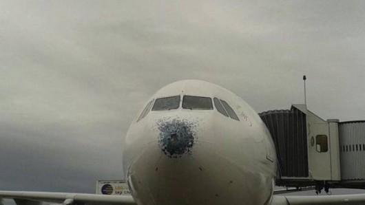 Grad mocno uszkodził samolot pasażerski Airbus A330 na wysokości 7600 metrów 4