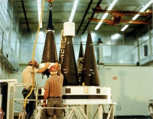 """Konstrukcja ICBM i systemu przenoszenia głowic to tajemnice, które mocarstwa rzadko zdradzają. Tutaj jedno z niewielu zdjęć tak zwanego """"busa"""" z wieloma głowicam termojądrowymi, czyli serca systemu MIRV. Ten to akurat sprzęt amerykański od rakiety Minuteman III"""