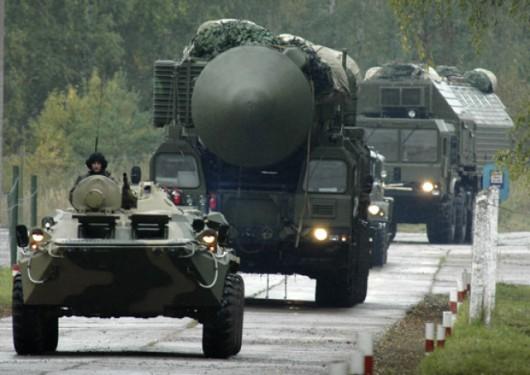 """Mobilne ICBM po wydaniu rozkazu wyjeżdżają z baz i ruszają """"w trasę"""" po specjalnie przygotowanych drogach. Nigdy nie są same. Poruszają się w konwojach z obstawą i pojazdami wsparcia."""