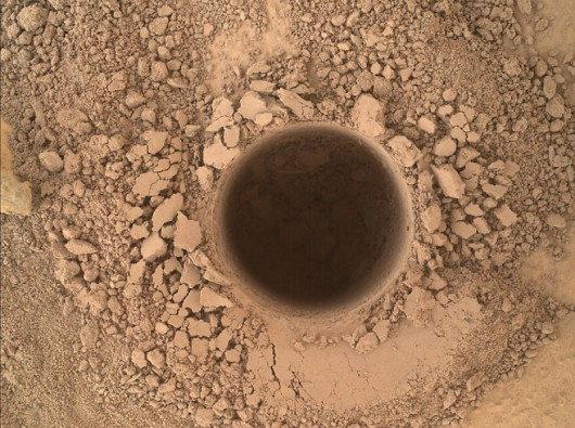 Odwiert o głębokości 6,7 cm na zboczu Mount Sharp wykonany przez łazik Curiosity